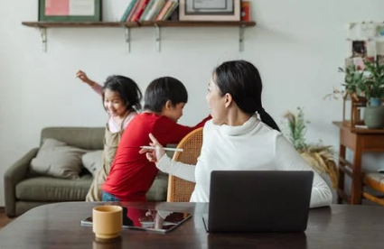 离婚时有两个孩子。如何分割两个孩子的抚养权?